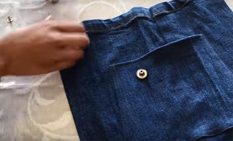843a541dde48 Берем кнопки и располагаем их на передней верхней части комбинезона,  отступив по паре сантиметров от краев. Сделайте сами: превращаем старые  джинсы ...