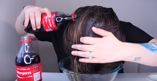 Она взяла «Кока-Колу» и начала лить на волосы. То, что произошло дальше — невероятно