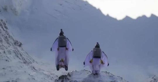 Бейсджамперы прыгнули с горы и попали в летящий самолет