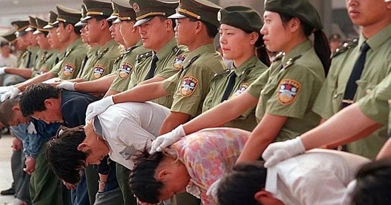 Взгляните, как жестко борются с коррупцией в Китае. Слабонервным лучше не смотреть!