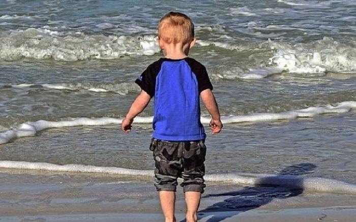 3-летний мальчик потерялся на пляже. Но умный парень смог отыскать маму за 3 минуты
