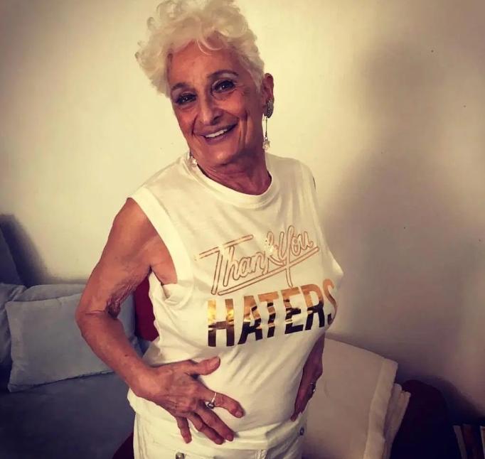 83-летняя бабушка зарегистрировалась в Тиндере и в ее постели побывало уже 50 молодчиков!