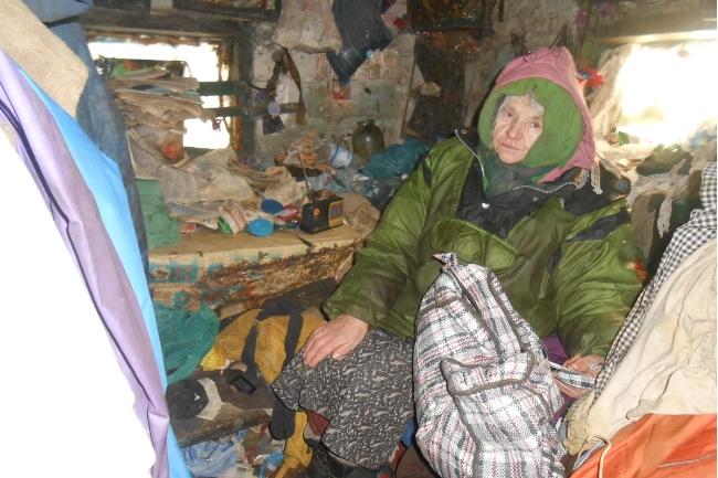 73 летняя женщина всю жизнь прожила в доме без окон и пола