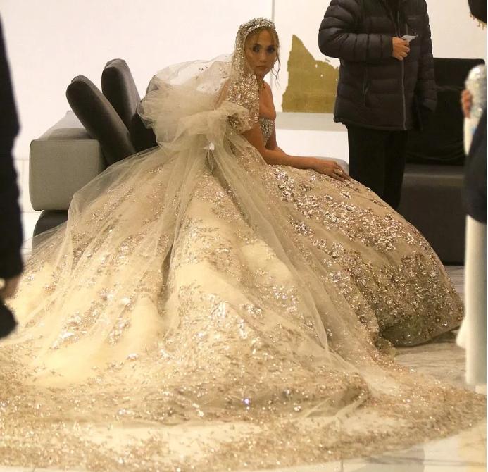 50-летняя Джей Ло произвела фурор в шикарном свадебном платье — фото
