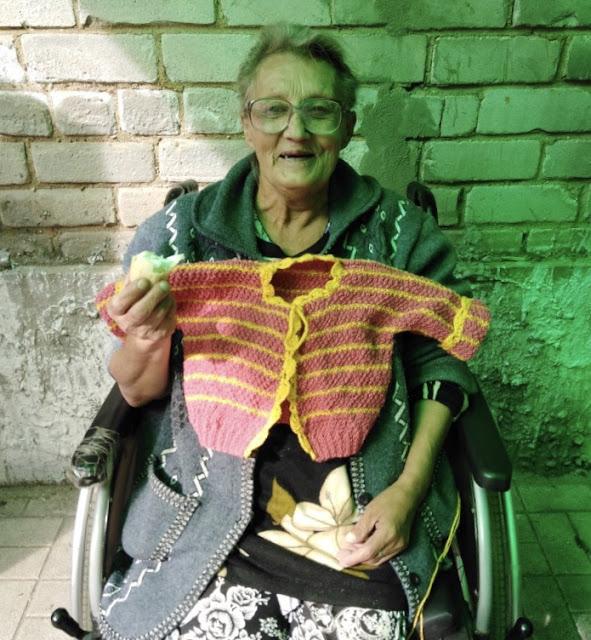 Она вяжет подарки дочери и внучке, которые навещают ее в доме престарелых