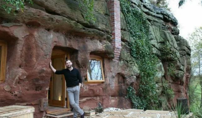 Соседи смеялись над семьей в пещере. Зашли в гости и прекратили: камень превратили в дворец