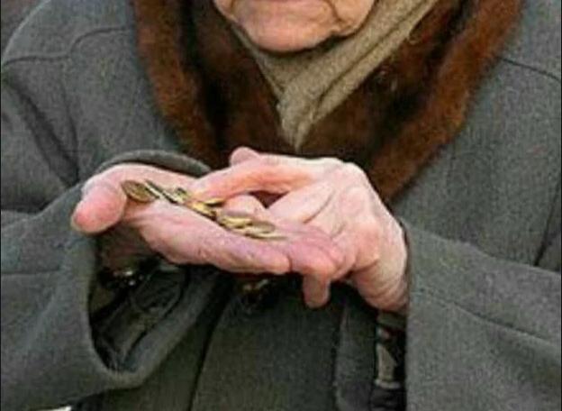 «Дочечка, посчитай, хватает ли мне на хлебушек?» попросила меня бабушка протягивая мне в ладошке мелочь.