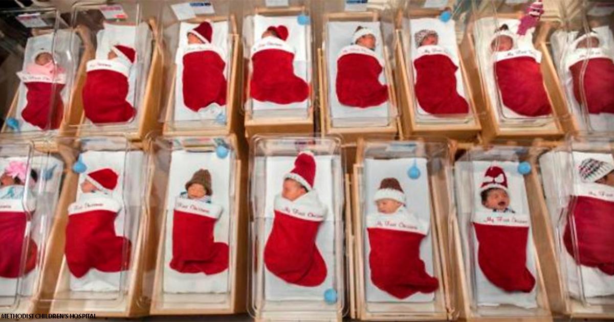 Традиции уже 50 лет: роддом помещает новорожденных в рождественские чулки