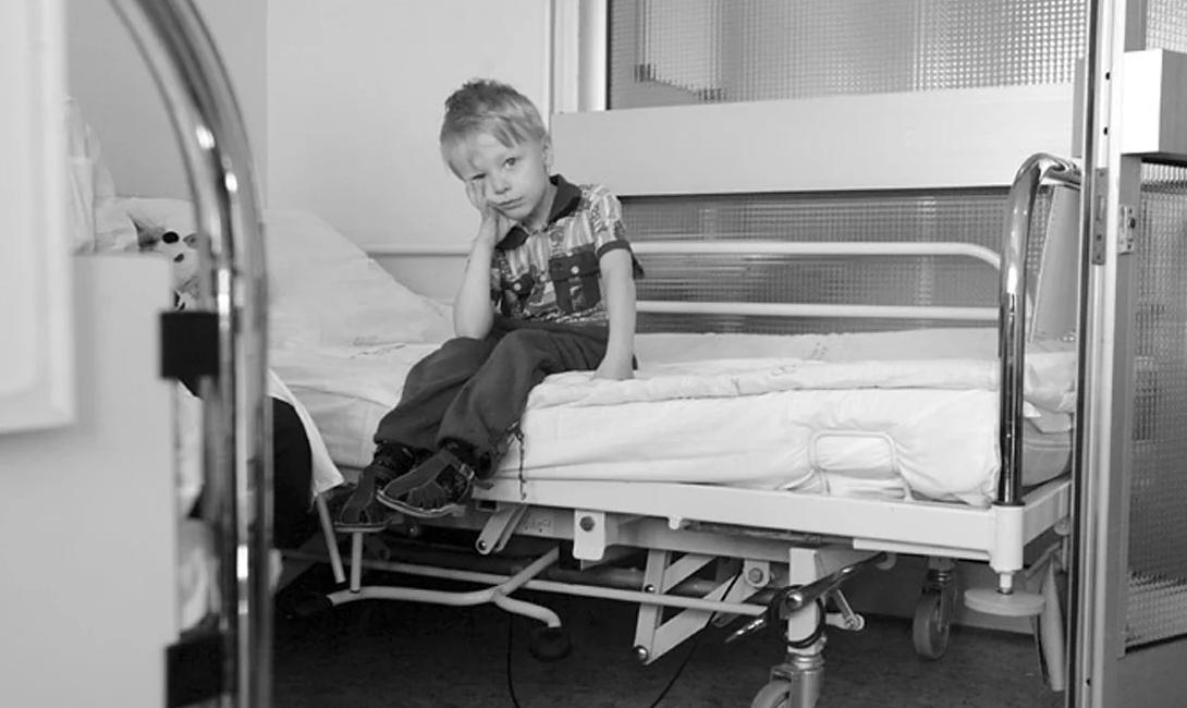 Мальчик пяти лет лежал в больнице без мамы.