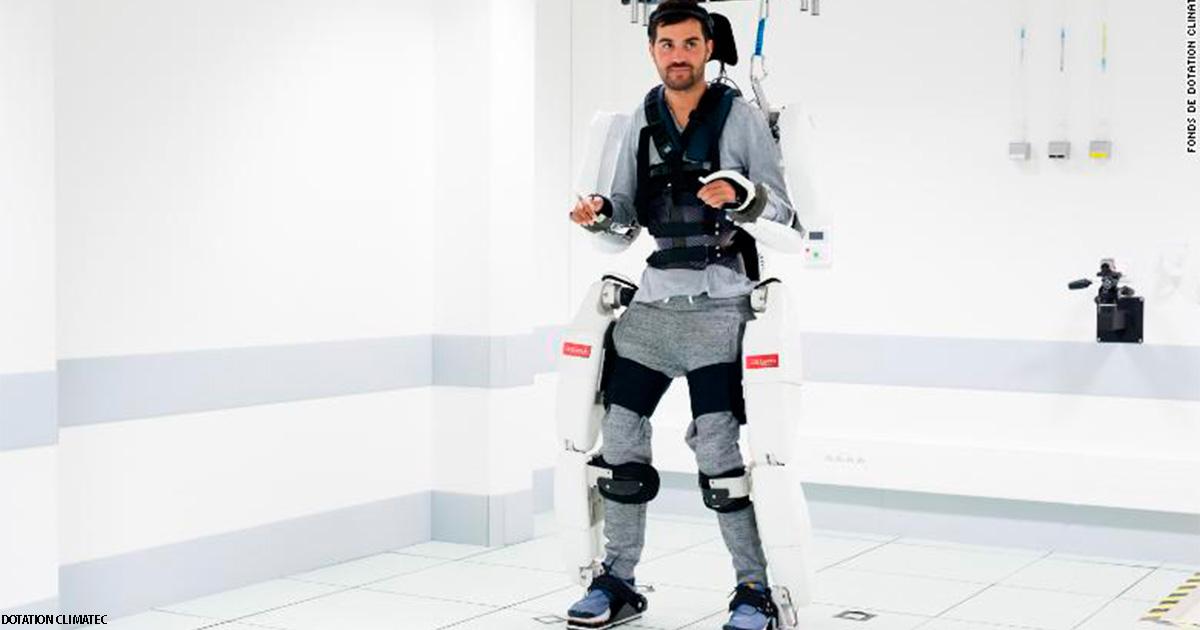 Парализованный мужчина начал ходить с помощью этого костюма-робота