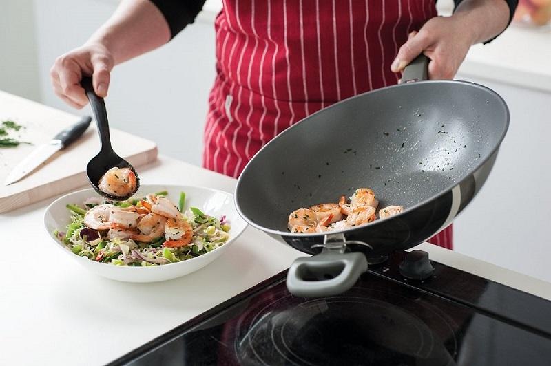 Жирные сковородки после готовки мяса или рыбы я больше не мою! Способ, когда они остаются чистыми