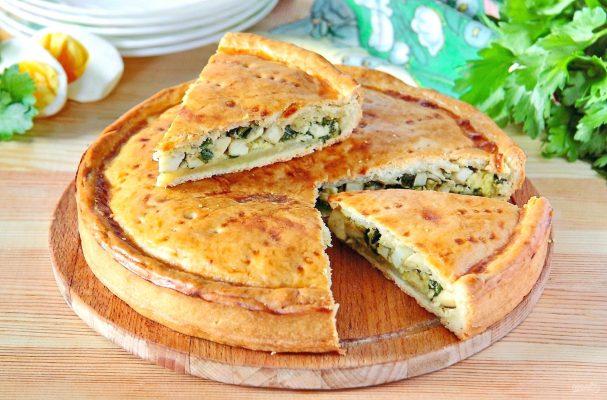Рецепт сытного и вкусного пирога с луком и яйцом