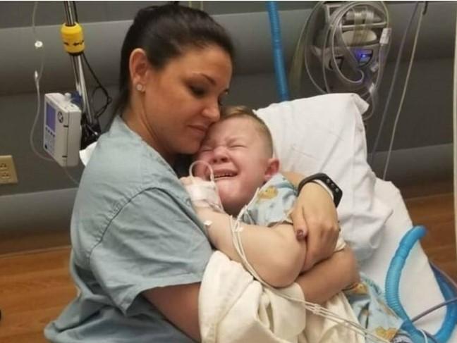 Медсестра обняла плачущего ребенка, и эта история облетела все сеть