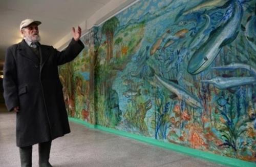 90 ти летний сторож не спал почти 10 суток, чтобы разрисовать все стены в школе.