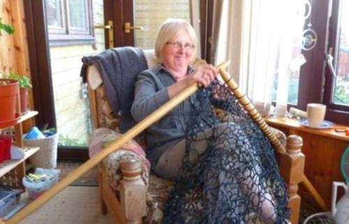 За 3 недели женщина связала себе кружевной забор и заменила им забор из старой сетки рабицы.