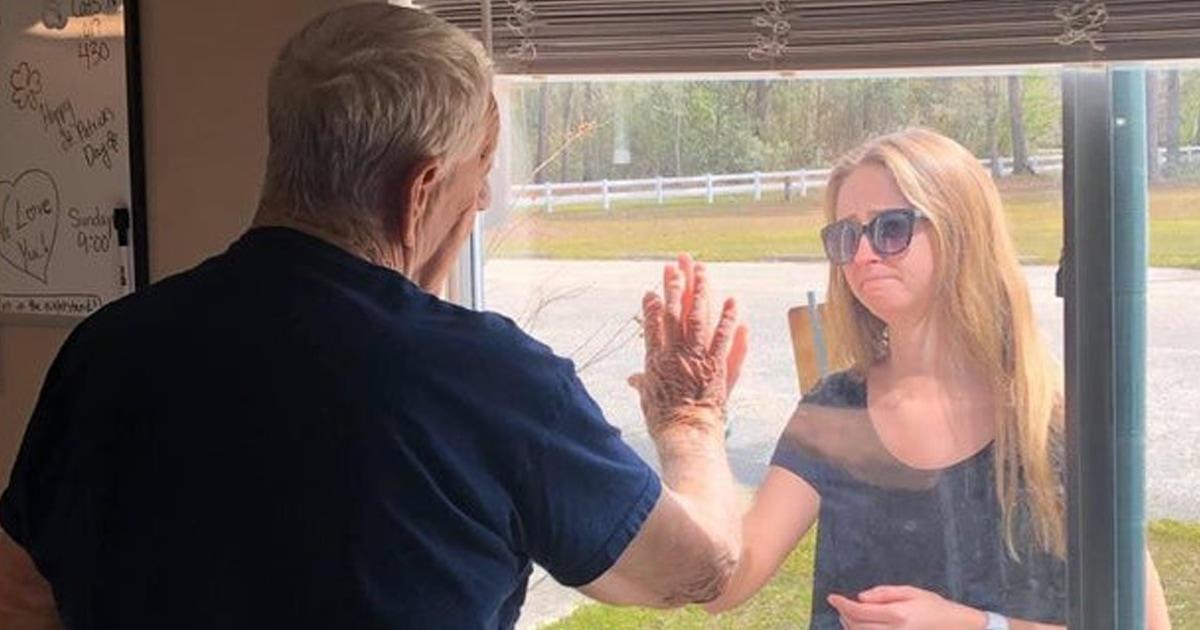 Внучка трогательным способом сообщила о помолвке дедушке, который был на карантине. Не заплакать будет сложно