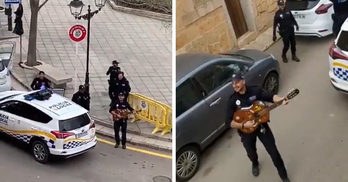 Испанские полицейские ездят по улицам и поют под окнами. Так они подбадривают людей во время карантина