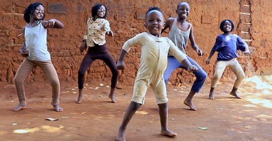 Зажигательный танец африканских детишек покорил весь интернет