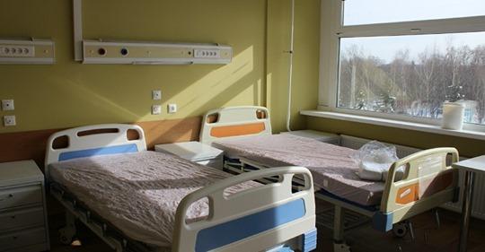 В дешевой лечебнице в палате для безнадежно больных лежали двое