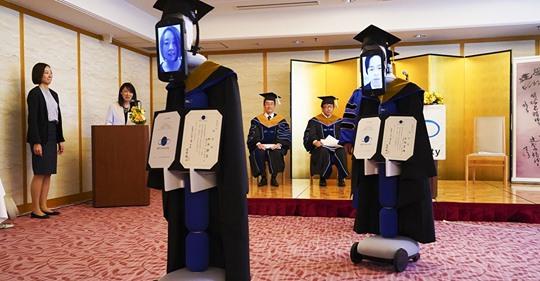 В Японии прошёл выпускной на удалёнке. Вместо студентов дипломы получили управляемые ими роботы