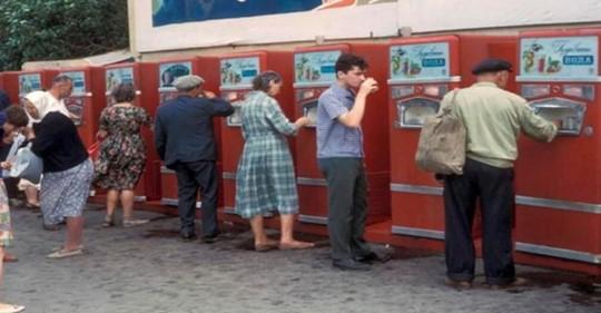 Один стакан на всех: почему в СССР люди пили напитки из общего стакана и не болели