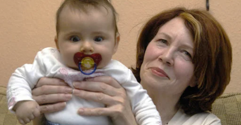 В 53 года моя мама родила ребенка и пытается отдать его мне на воспитание