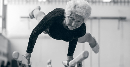 95 летняя бабушка Йоханна Кваас порхает на гимнастических брусьях: в чем ее секрет?