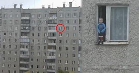 Мужчина увидел мальчика, стоящего на подоконнике на 8 ом этаже и незамедлительно вызвал полицию