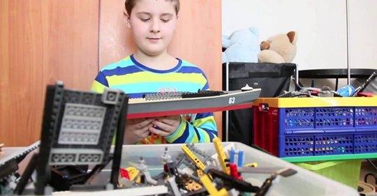 Ребёнок с аутизмом построил из LEGO точную копию «Титаника»!