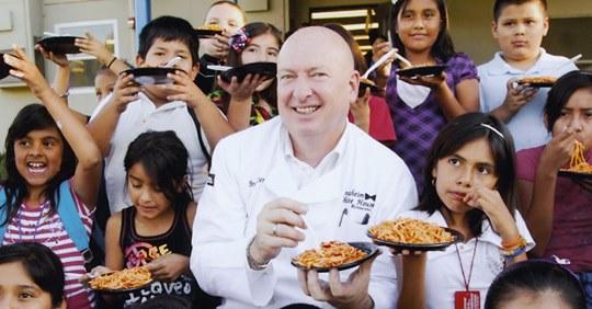 Ресторатор, кормивший бедных детей, потерял свой бизнес. Но неравнодушные люди не оставили его в беде