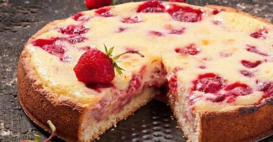Клубничный летний пирог: рецепт вкуснейшего десерта на кефире