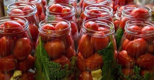 Простой рецепт вкусных консервированных помидор с листьями малины
