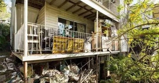 Братья по дешевке купили дом, в котором никто не убирал вот уже 40 лет!