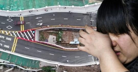 Жительница Китая пожадничала и теперь живет посреди шоссе