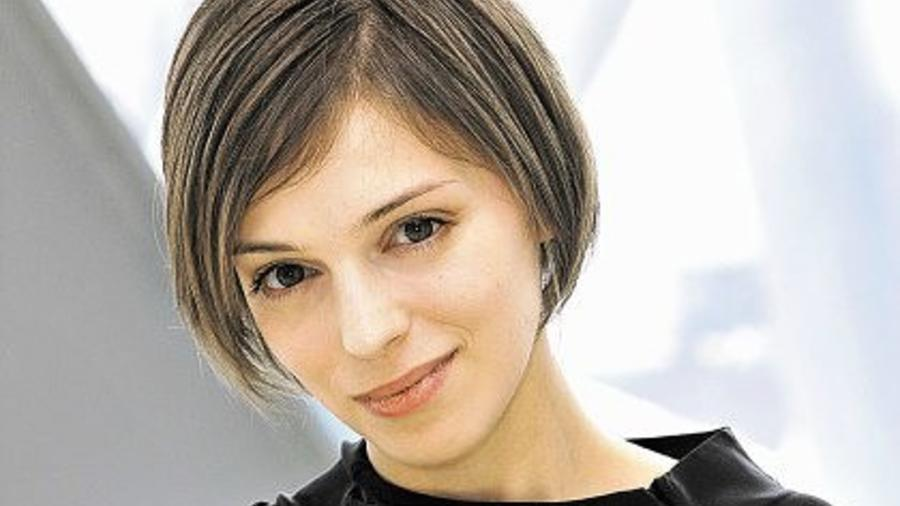 Тетка с рынка. 40-летняя Нелли Уварова перестала красить волосы и показала седину