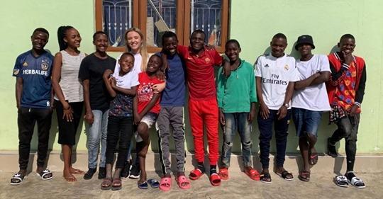 Сердце матери: как 26-летняя британка усыновила 14 африканских сирот