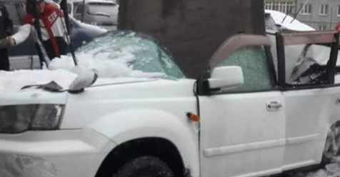 Чудесное спасение попало на видео – бетонная плита разрубила авто, а водитель отскочил за секунду
