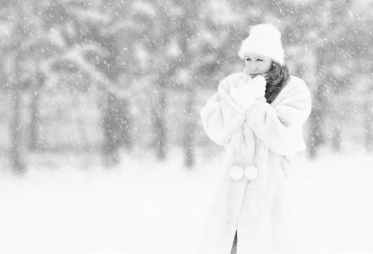 Говорят: Счастье под ногами не валяется, но женщина нашла его именно под ногами, на занесенной снегом тропинке