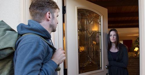 Света открыла дверь и ахнула: на пороге стоял парень, как две капли воды похожий на её мужа Сергея