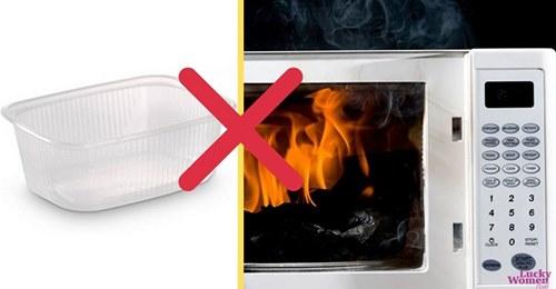 5 предметов, которые не стоит класть в микроволновку!
