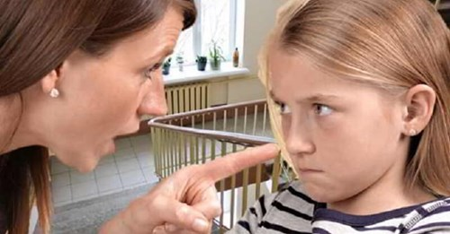 Новая жена отца не пустила в дом пришедшую к нему в гости дочь