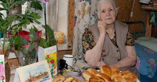 Мать накрыла праздничный стол, но все дети нашли отговорки чтобы не ехать к ней