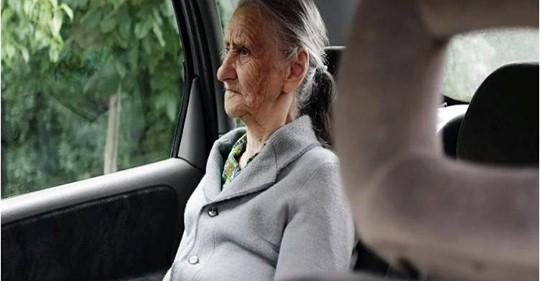 Бабушка прижимала к груди узелок с вещами и плакала, думая, что сноха везёт её в дом престарелых
