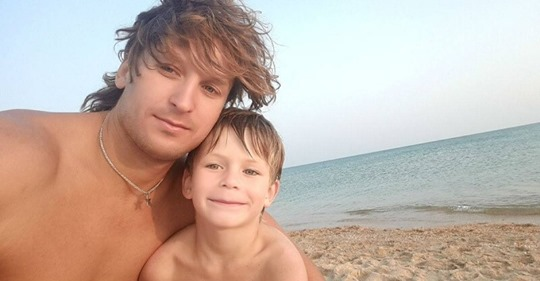 Мужчина проплыл два километра в море, чтобы спасти тонущую семью