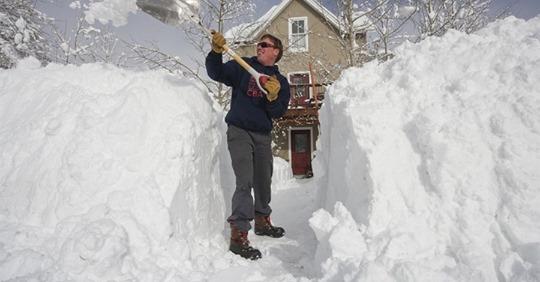 Дачник много лет кидал снег под забор соседке. Но приехал племянник
