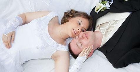 Новобрачные, очутившись вдвоем, договорились никуда не идти на второй день, и никого к себе не пускать
