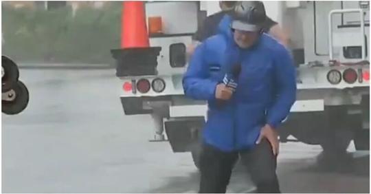Американцы подшучивают над репортерами, которые излишне театрально сражаются с ураганным ветром