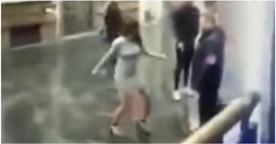 Неудачная попытка девушки напасть на охранника