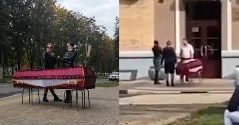Жительница Балашихи из-за невозможности похоронить сестру привезла гроб с телом к администрации