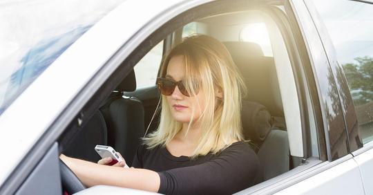 Рядом за рулем была блондинка. Лет 30-40 на вид ей было. У нее звонит телефон